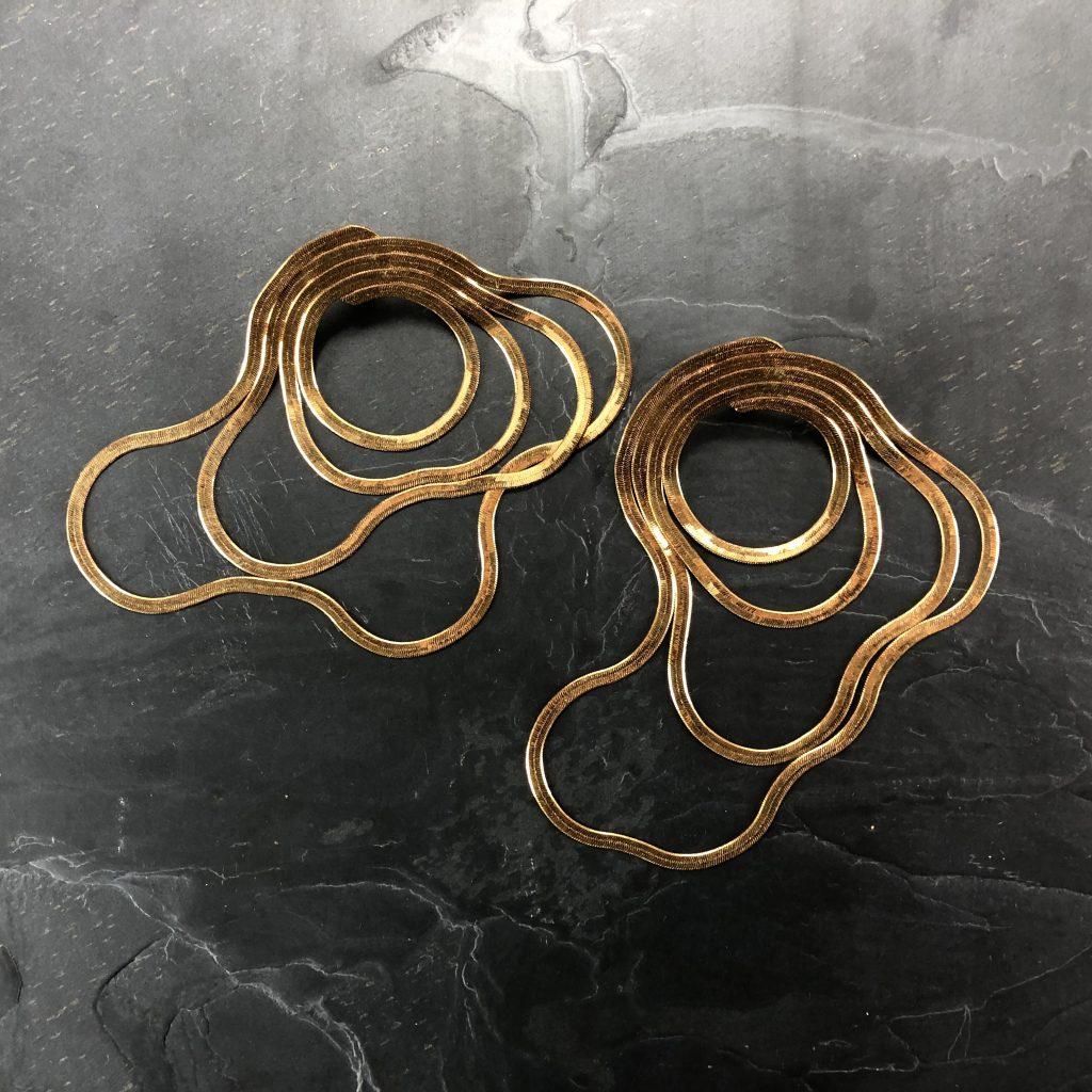 Boucles d'oreille BERLINGO longues en laiton brut, chaîne serpent, créateur Khara Tuki Paris